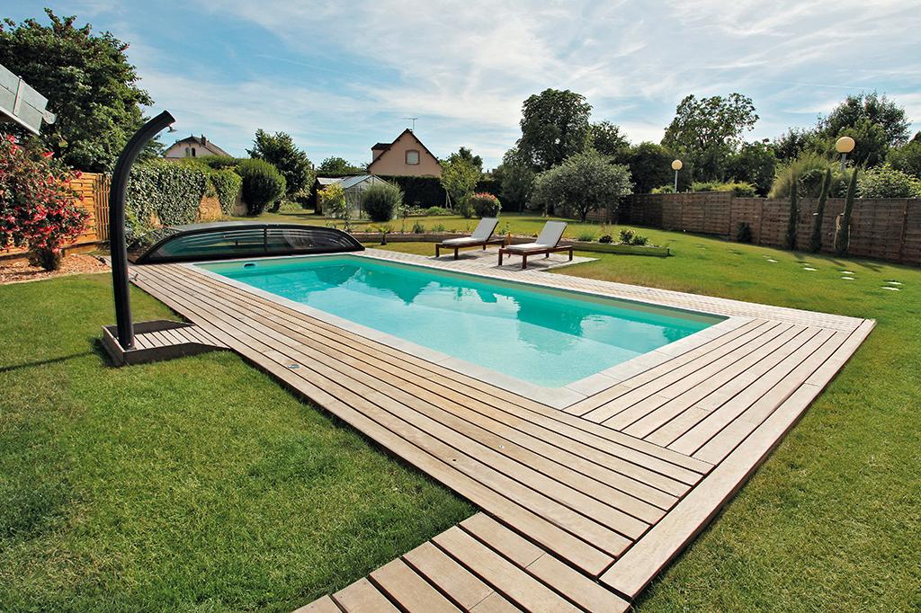 Pool mit flacher Poolüberdachung und Möbeln
