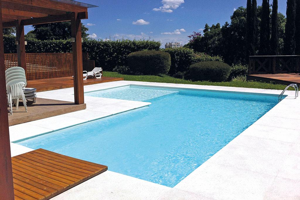 Pool in L-Form im Garten