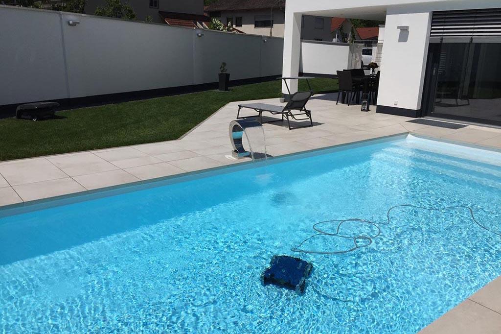 Pool mit Reinigungsroboter im Einsatz