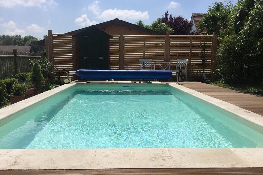 Swimmingpool mit Folienabdeckung