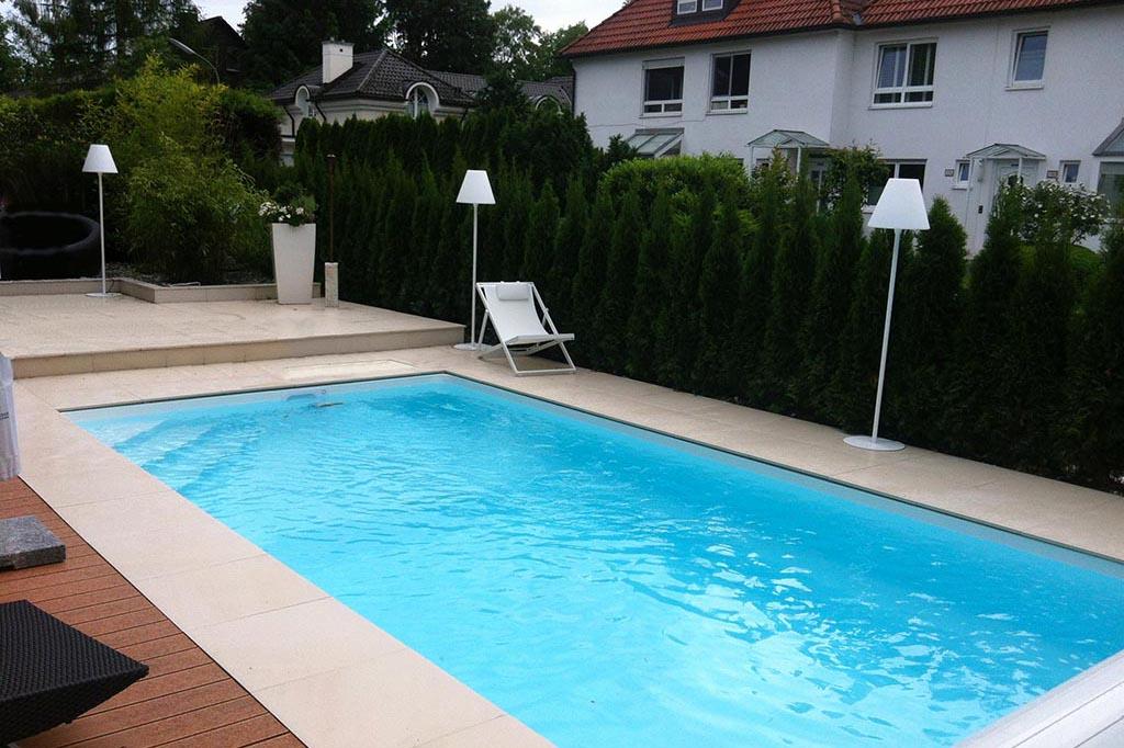 Pool mit Möbeln und Beleuchtung