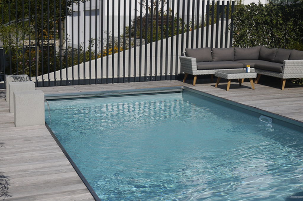 Swimmingpool mit Gartenmöbeln