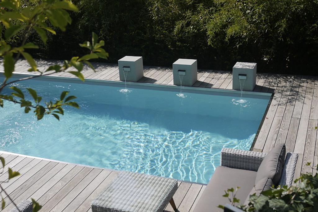 Pool mit dekorativem Wasserspiel