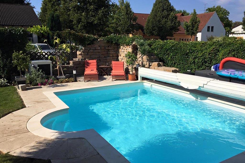 Pool mit Römertreppe im Garten