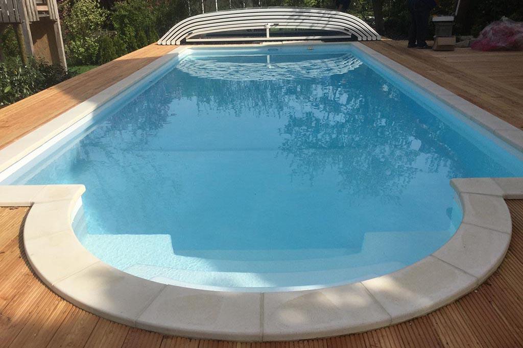 Pool mit Poolüberdachung im Garten