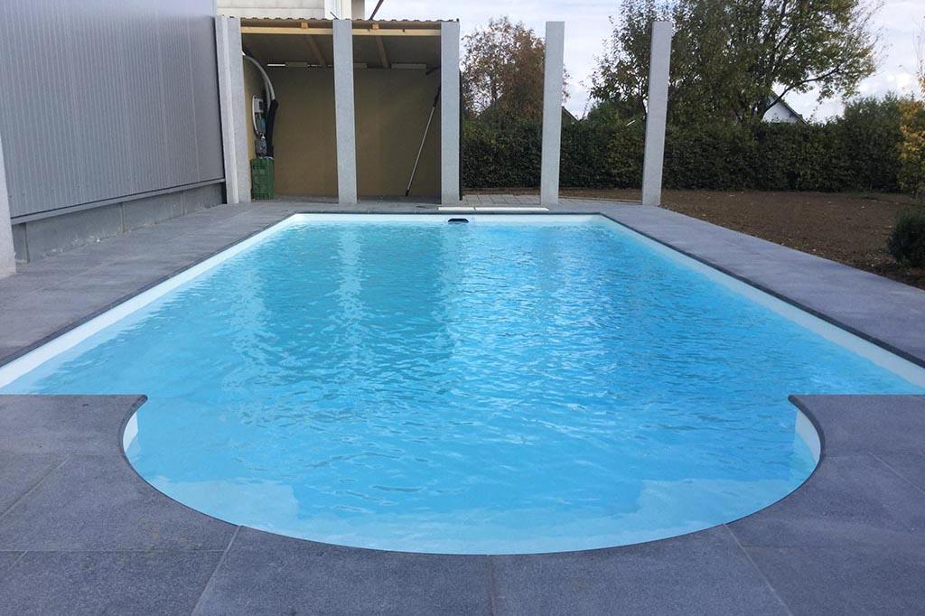 Swimmingpool mit weißem Liner