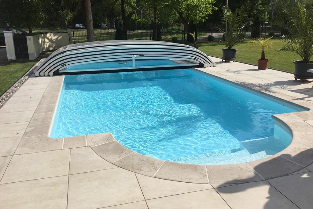 Swimmingpool im Garten mit Poolüberdachung halboffen