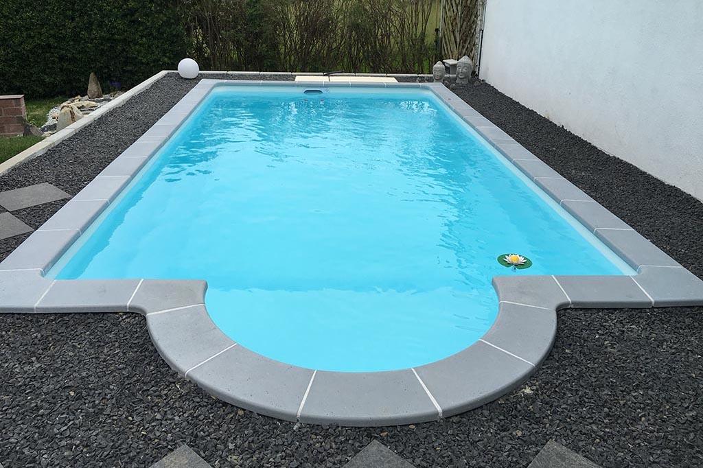 Pool im Garten mit Römertreppe