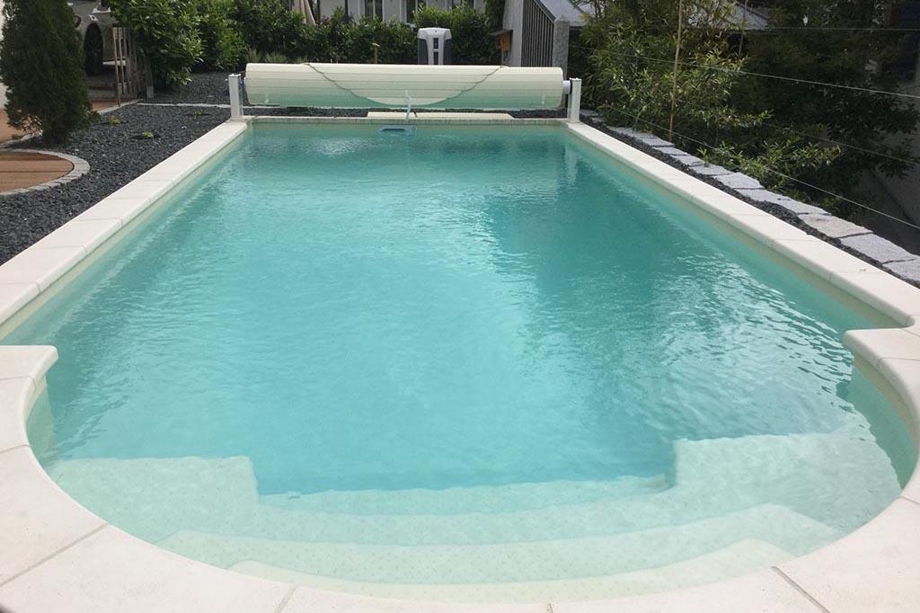 Swimmingpool mit runder Treppe