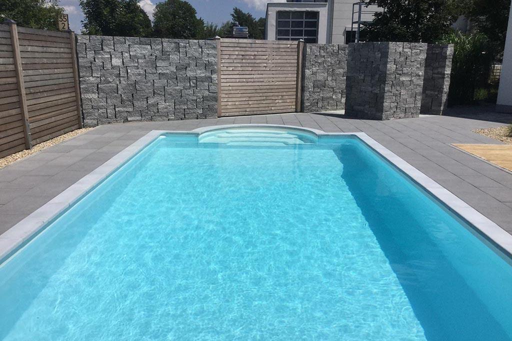 Privater Swimmingpool im Garten