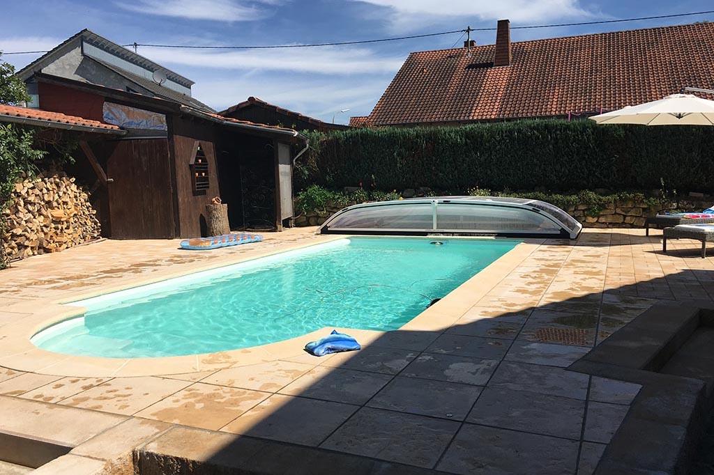 Swimmingpool mit Überdachung im Garten