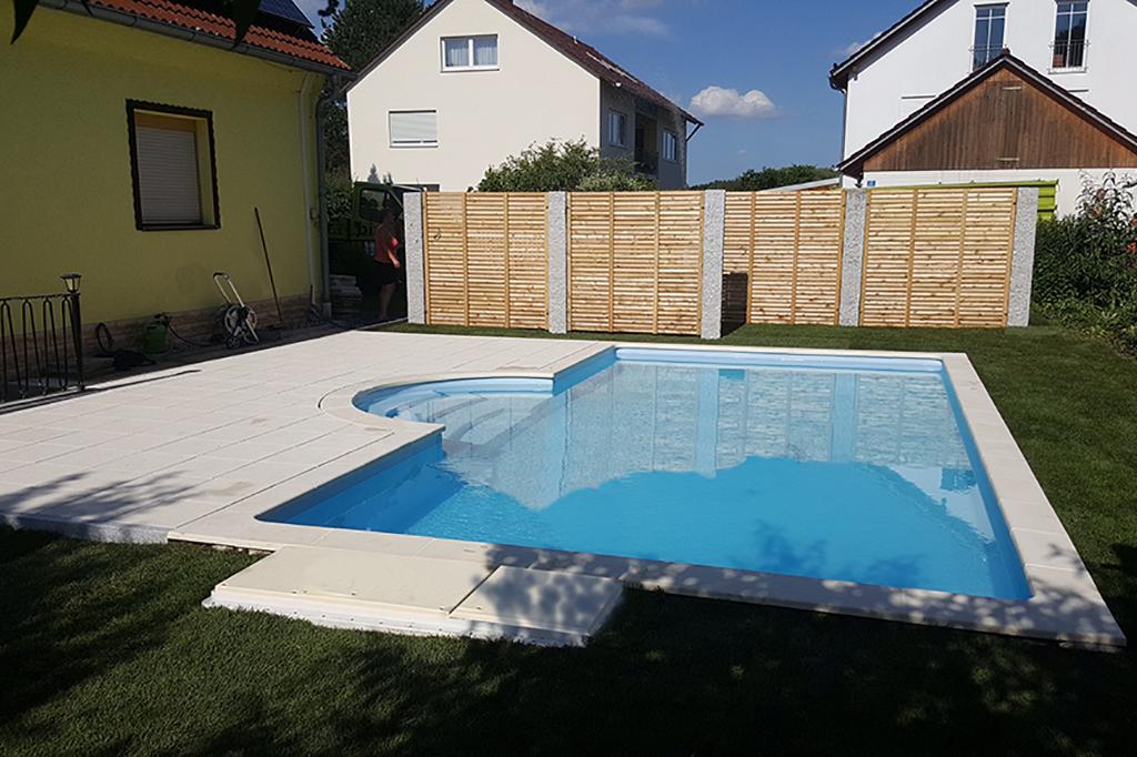 Pool im Garten mit Sichtschutzelementen