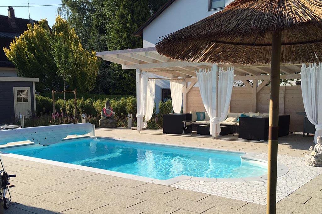 Swimmingpool neben der Terrasse