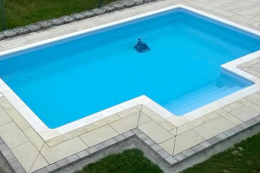 Swimmingpool mit Poolroboter bei der Arbeit