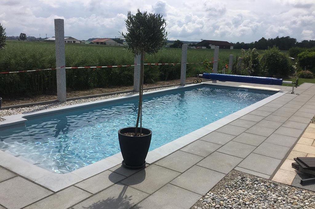 Pool im Garten mit Abdeckung