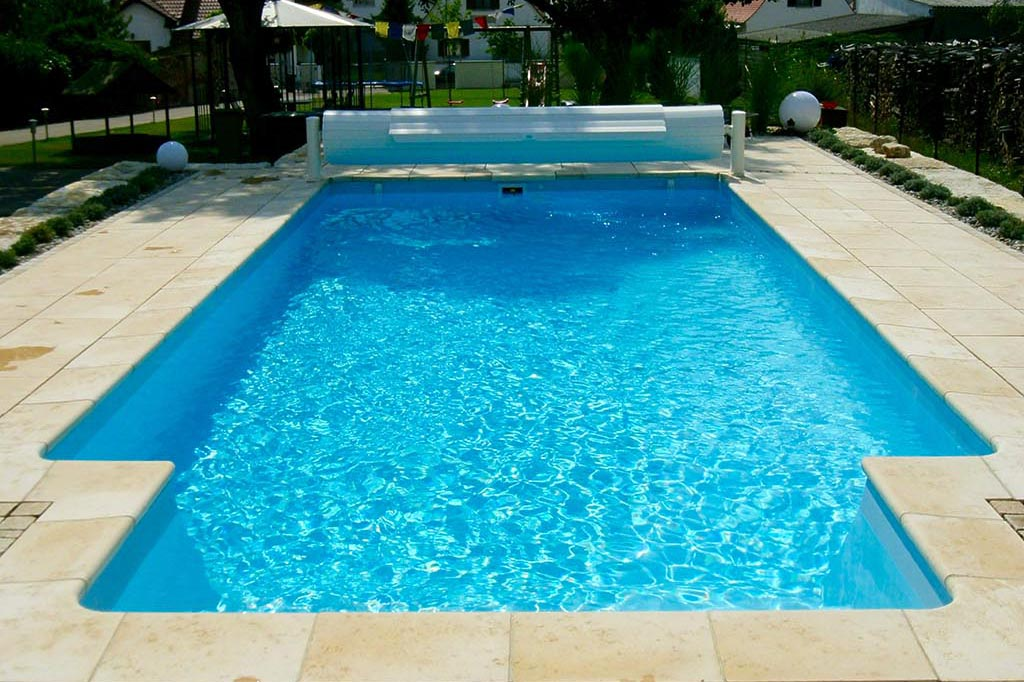 Pool mit Abdeckung und Einstiegstreppe