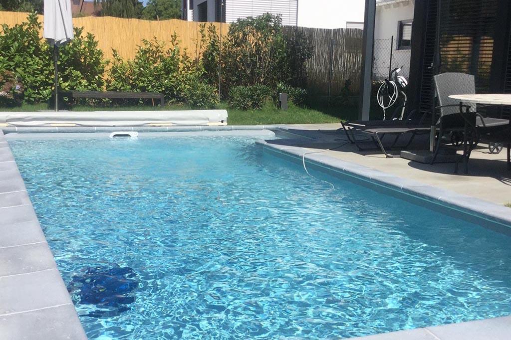 Pool mit Reinigungsroboter im Schwimmbecken
