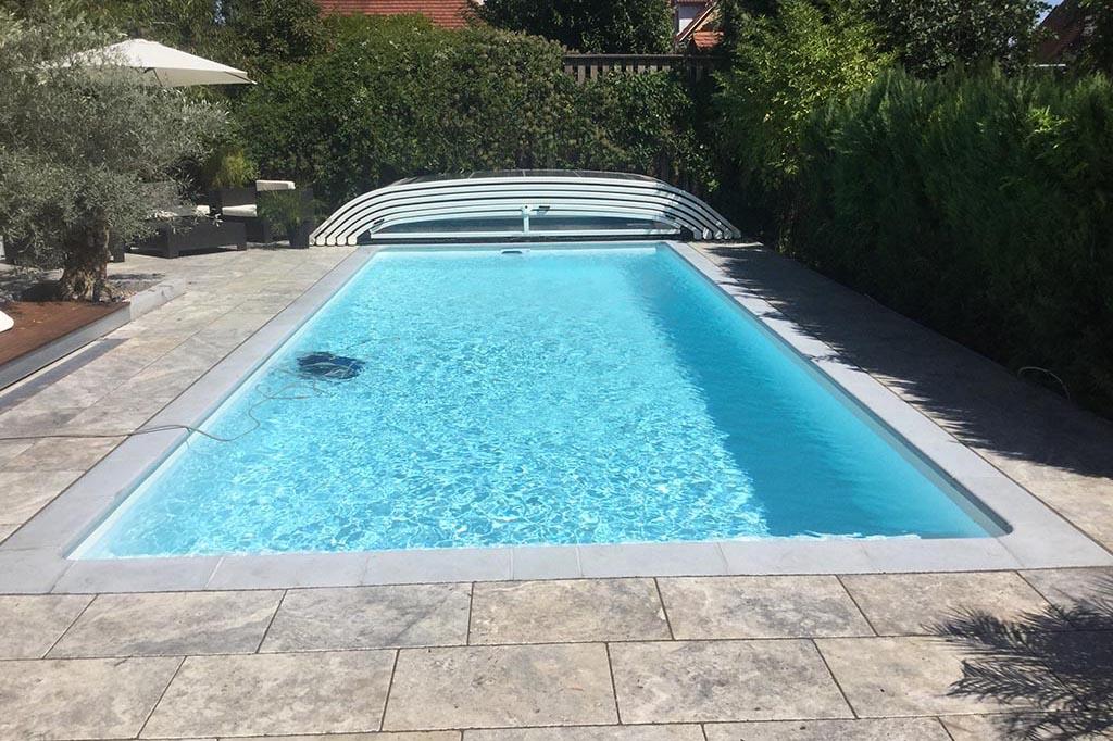 Swimmingpool mit flacher Poolüberdachung