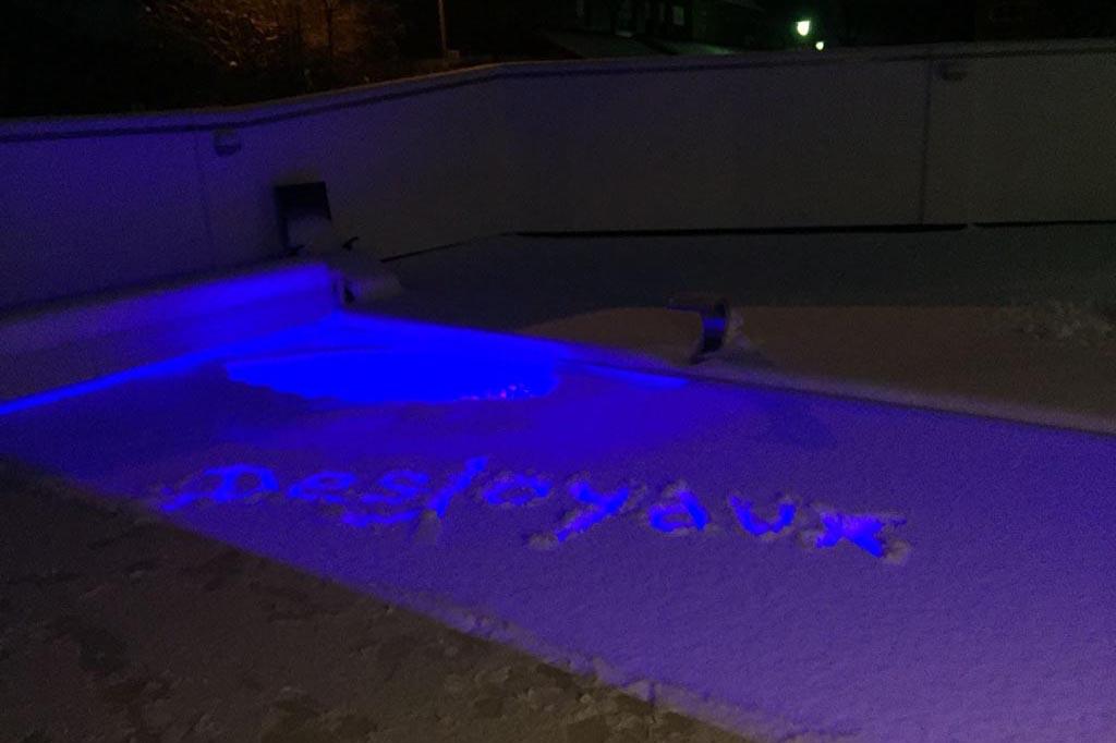 Pool mit Desjoyaux in den Schnee geschrieben
