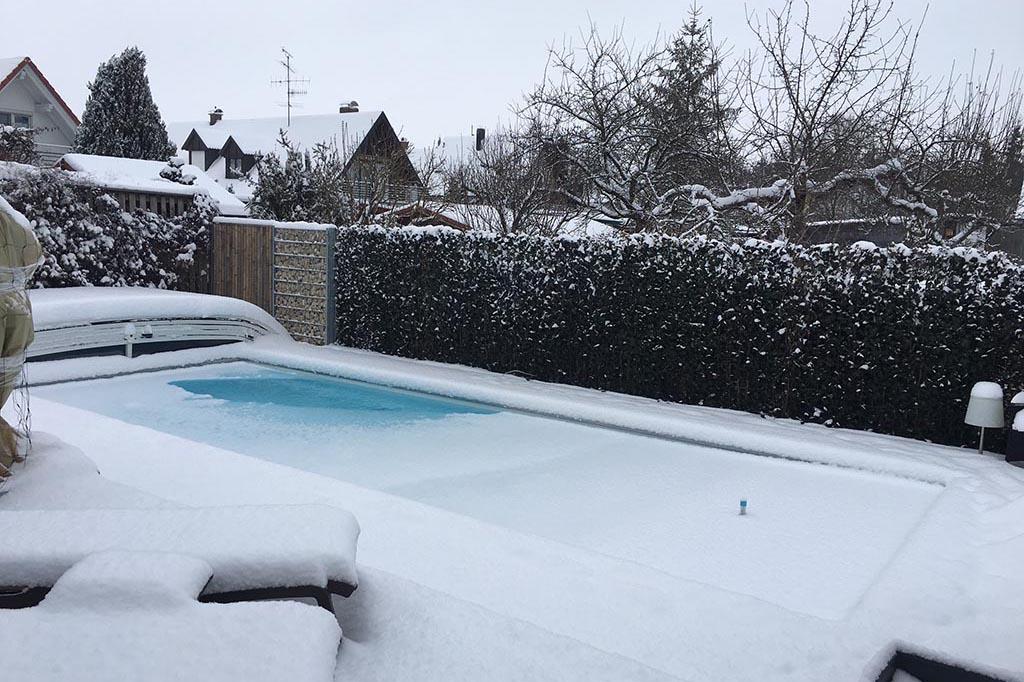Pool im Winter eingeschneit
