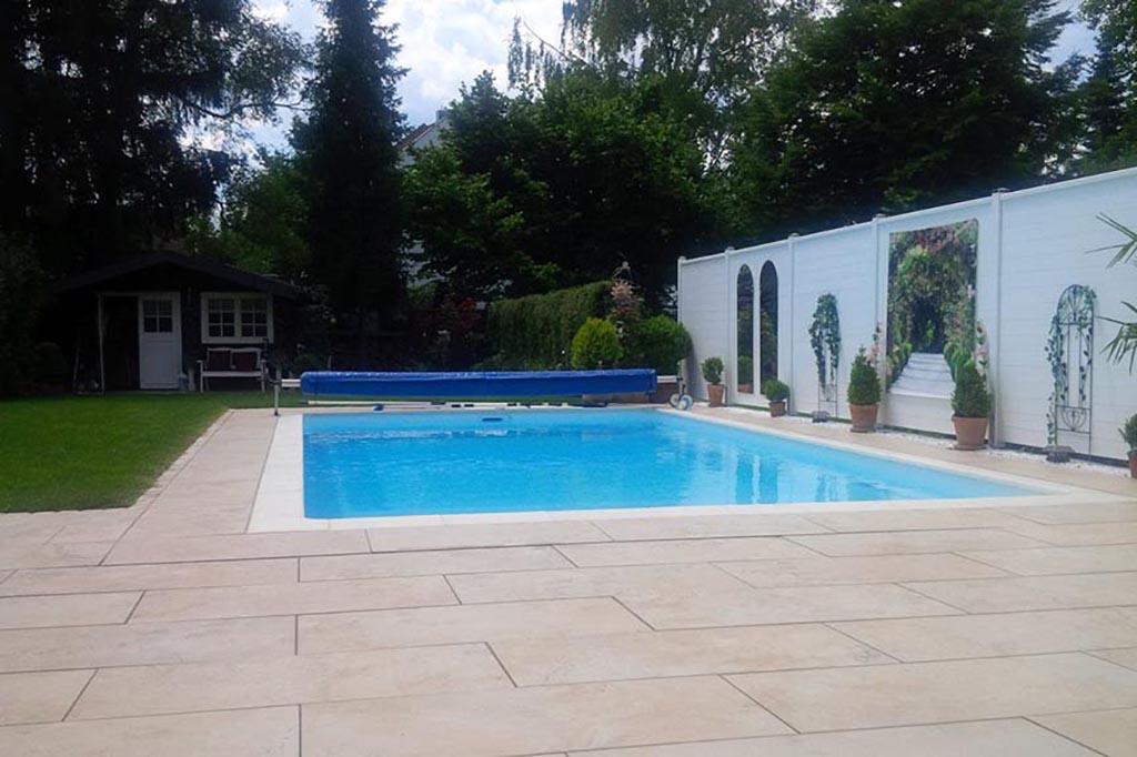 Pool im Garten mit Folienabdeckung
