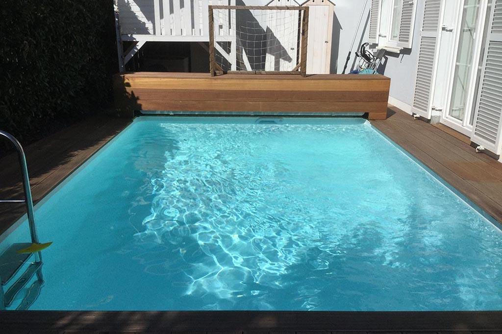 Pool am Haus mit Rolloabdeckung