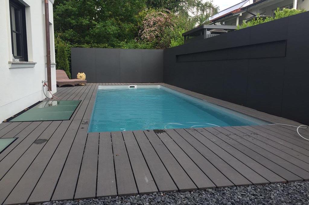Pool im Garten mit Gartenliege