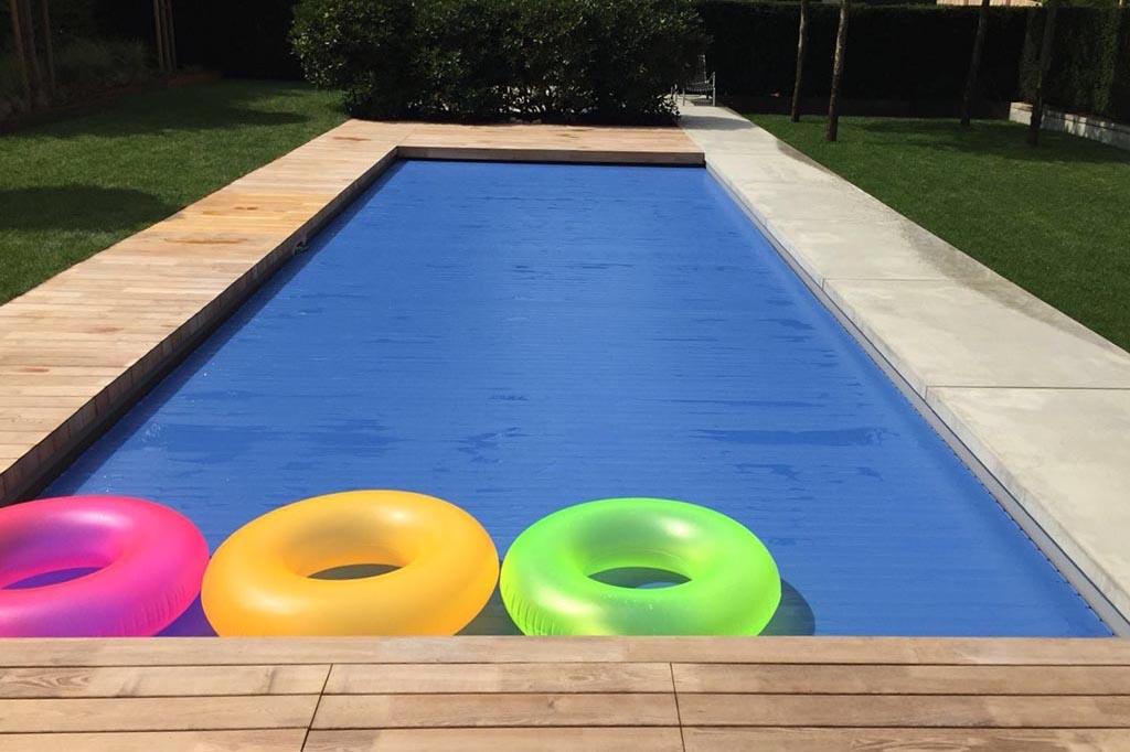 Pool mit Abdeckung und Schwimmreifen