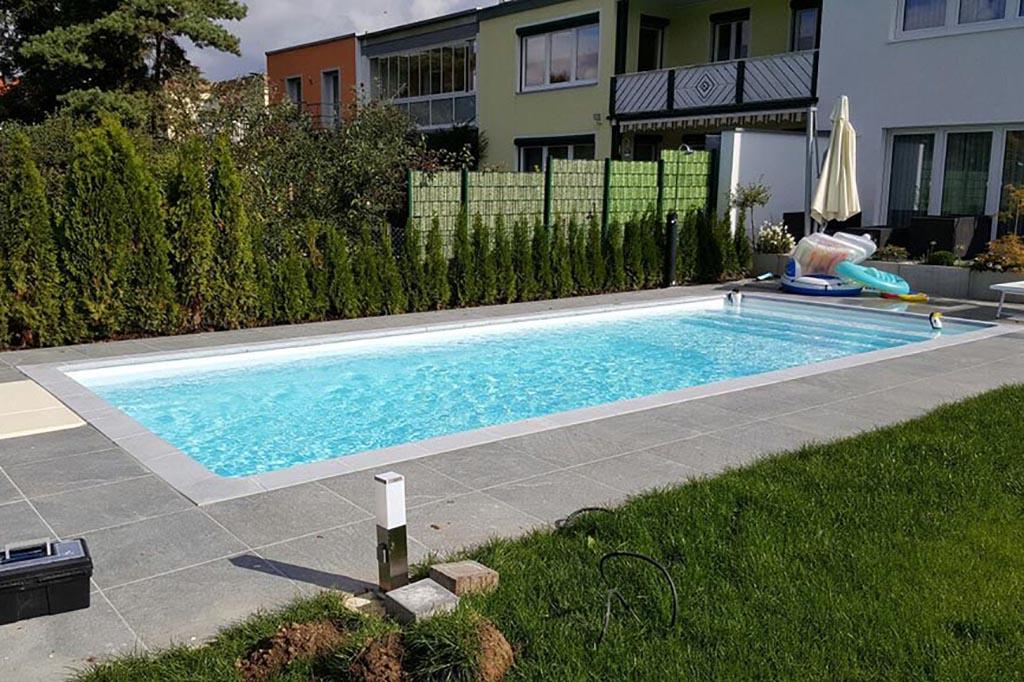 Swimmingpool mit breiter Treppe