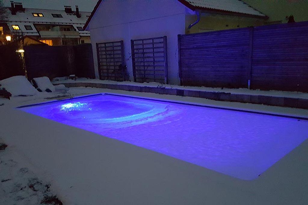Pool im Winter beleuchtet