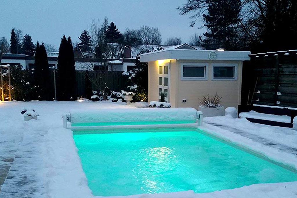 Swimmingpool im Winter beleuchtet