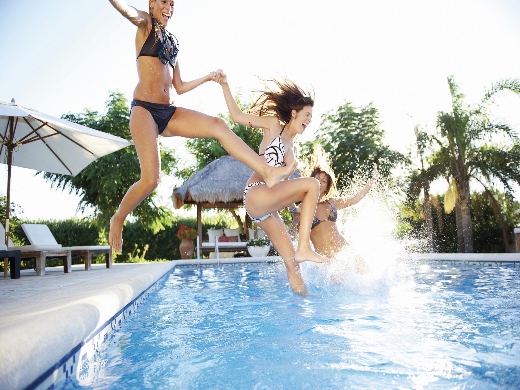 Pool wird mit Wasser befüllt und ist badefertig
