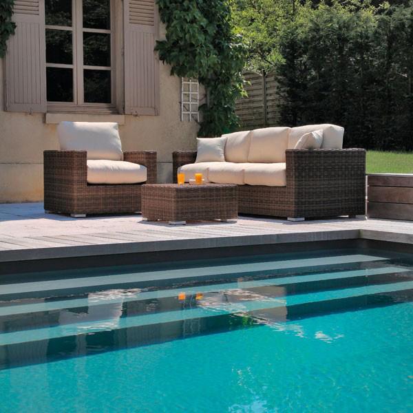 Möbel am Pool im Garten