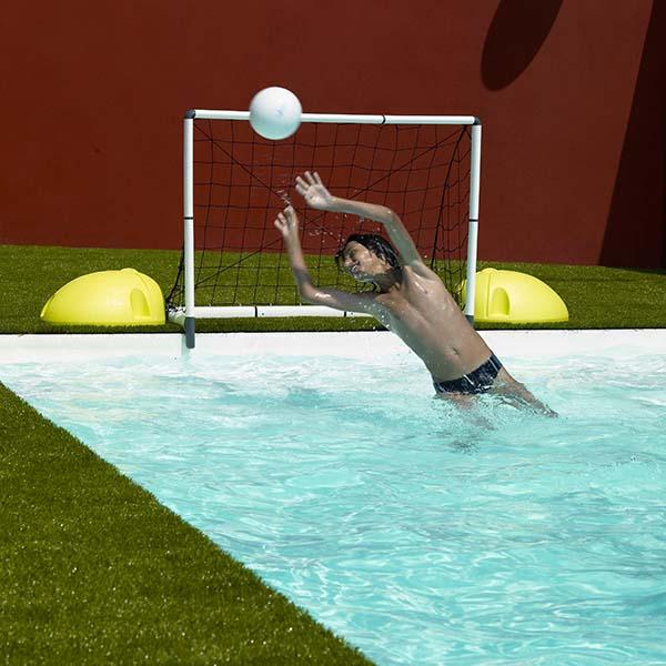 Spiel und Spaß im Pool